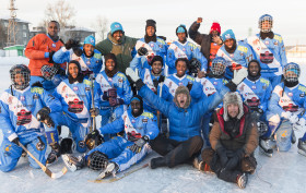 Det somaliska bandylandslaget tillsammans med Filip Hammar och Fredrik Wikingsson. Stillbildsfoto: Skogkvist.