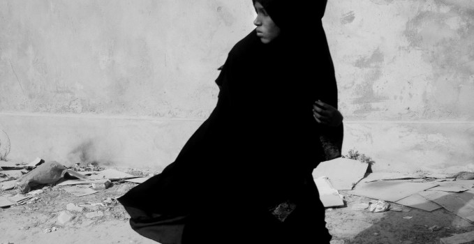 A girl walks in the centre of Hargeisa. Somaliland, 2015.  Una giovane donna nel centro di Hargeisa. Somaliland, 2015.