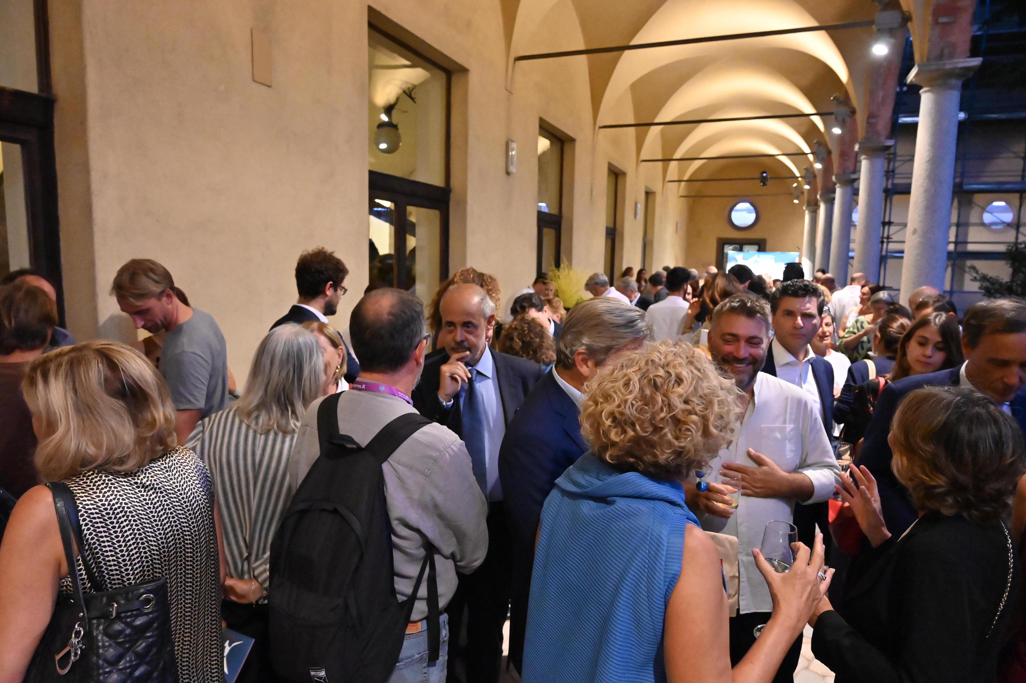 Pubblico nel chiostro del Museo Scienza e Tecnologia Leonardo Da Vinci