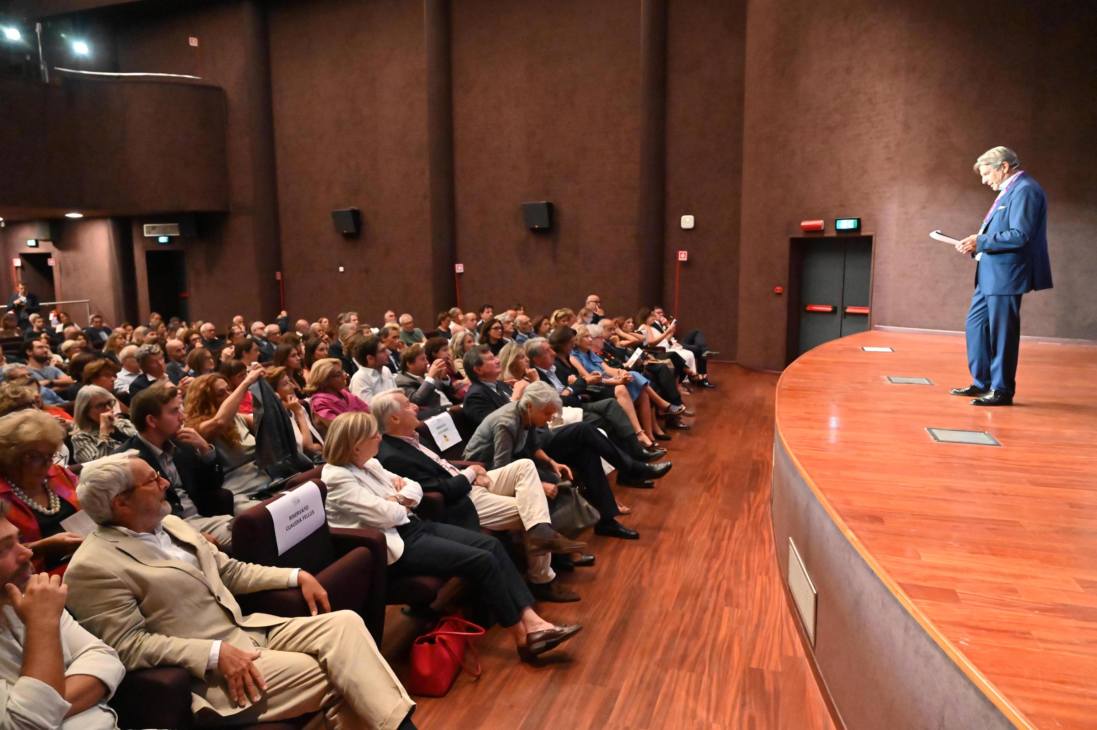 Francesco Bizzarri, sul palco di fronte al pubblico dell'Auditorium del Museo Scienza e Tecnologia Leonardo Da Vinci