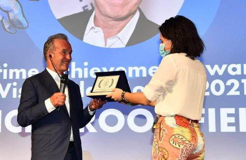 Nick Broomfield receives the Lifetime Achievement Award from Visioni dal Mondo