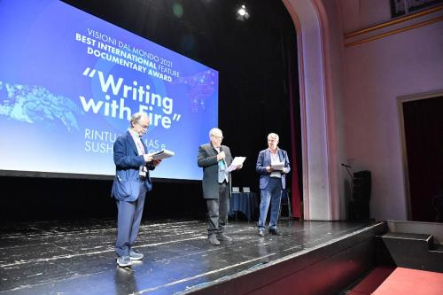 Carlo Siliotto announces the winner of the Visioni Dal Mondo 2021 Best International Feature Documentary Award