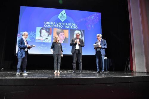Cristiano Barbarossa and Camilla Baresani announce the winner of the Visioni Dal Mondo 2021 Best Italian Feature Film Award